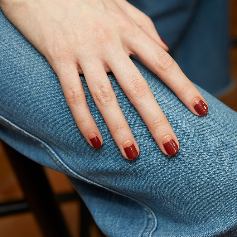 french manicure inversa di colore rosa unghie corte forma quadrata