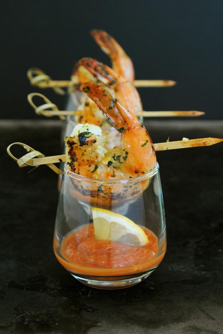 gamberetti alla griglia con erbette bicchierino con salsa cocktail finger food veloci