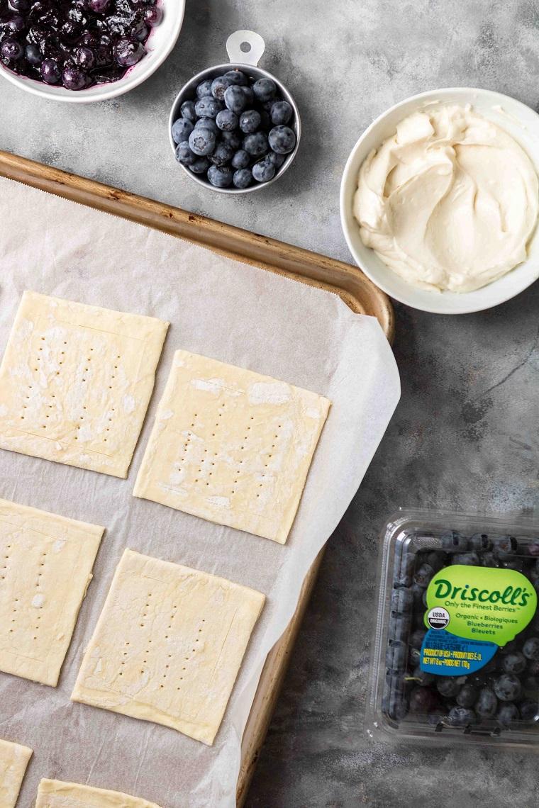 idee aperitivo estivo teglia con quadrotti di pasta sfoglia punzecchiati con forchetta