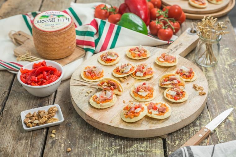 idee aperitivo fatto in casa pizzette di pasta sfoglia con farcitura di verdure