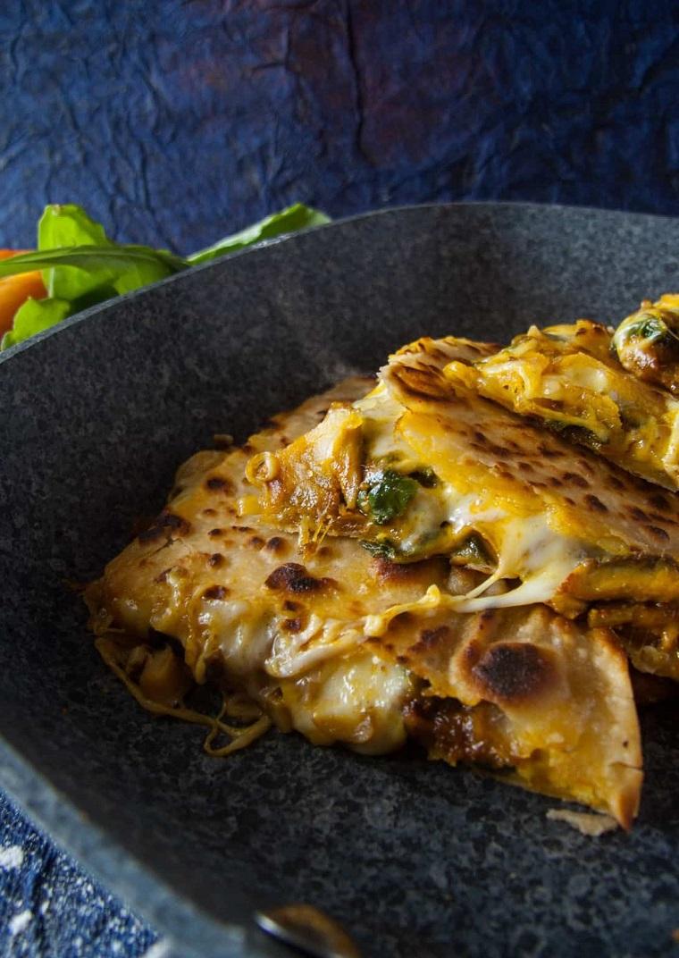 idee aperitivo veloce padella con triangoli di quesadilla di spinaci e funghi