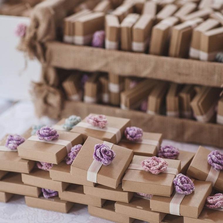 idee bomboniere battesimo fai da te scatola di cartone con fiore fatto all uncinetto