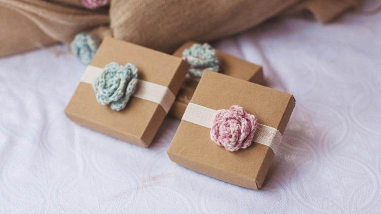 idee bomboniere battesimo per nonni scatola con nastro e fiore crochet
