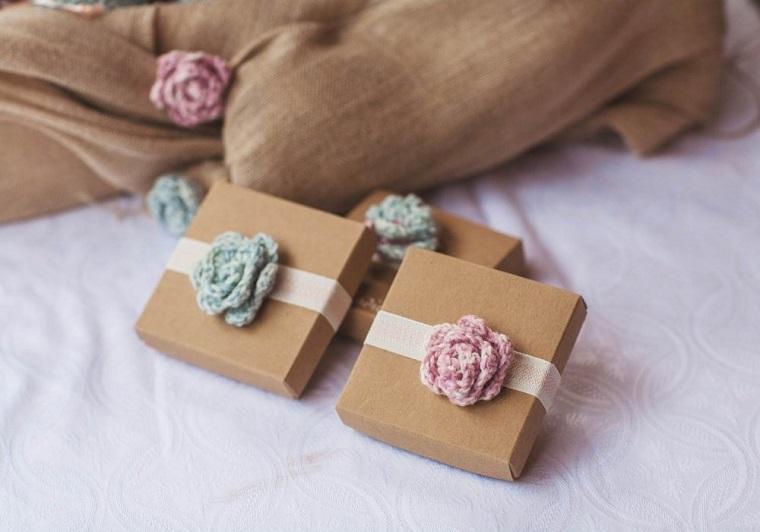 idee bomboniere battesimo scatola di cartone avvolta con fiore realizzato uncinetto