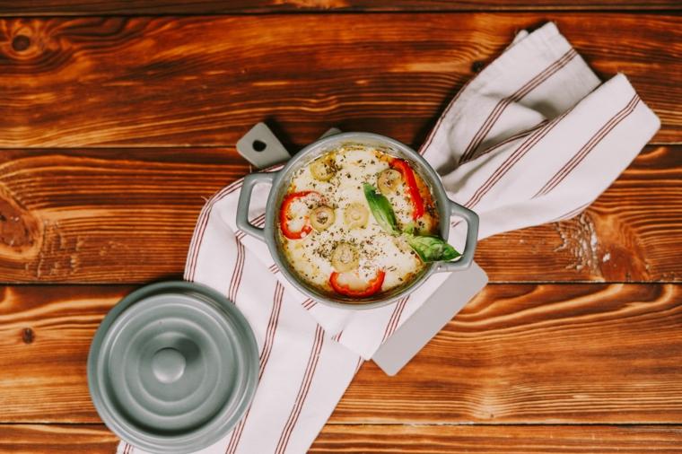 impasto pizza veloce farcitura con verdure tagliate a rondelle e formaggio