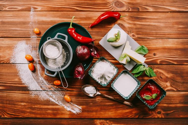 impasto pizza veloce ingredienti come farina peperoni e olive verdi