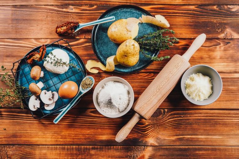 ingredienti per fare i bocconcini di patate con pomodori secchi e mozzarella