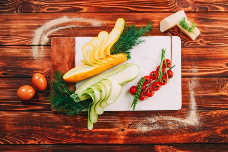 ingredienti per polpette di zucchine idee per pranzo leggero tagliere con verdure tagliete