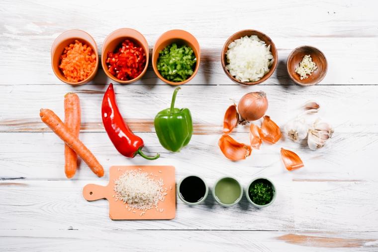 ingredienti per primo piatto di riso fritto con verdure