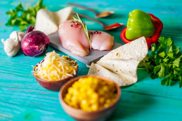ingredienti per quesadillas idee per pranzo al sacco tavolo di legno dipinto di blu