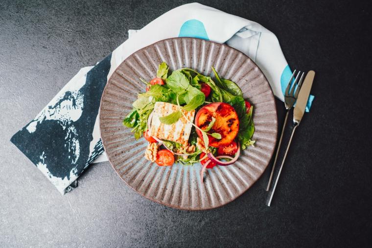 insalata con pesche idee per pranzo estivo piatto con lattuga e pomodorini