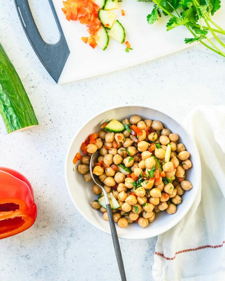 insalata di ceci e cetriolo peperone rosso taglito a cubetti pranzo veloce e leggero