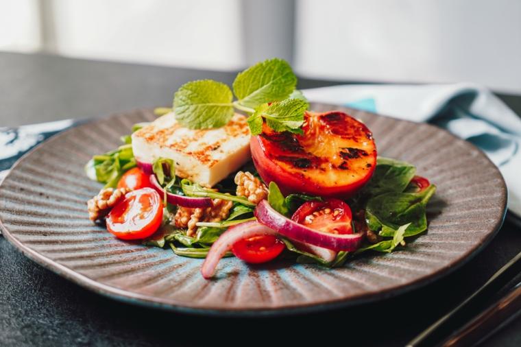 insalata di pesche grigliate idee per pranzo estivo piatto con verdura e formaggio grigliato