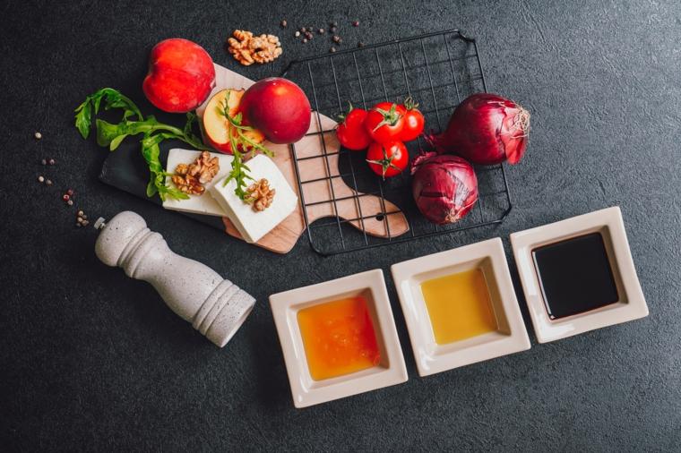 insalata estiva di pesche idee per pranzo estivo tavolo da cucina con ingredienti sopra