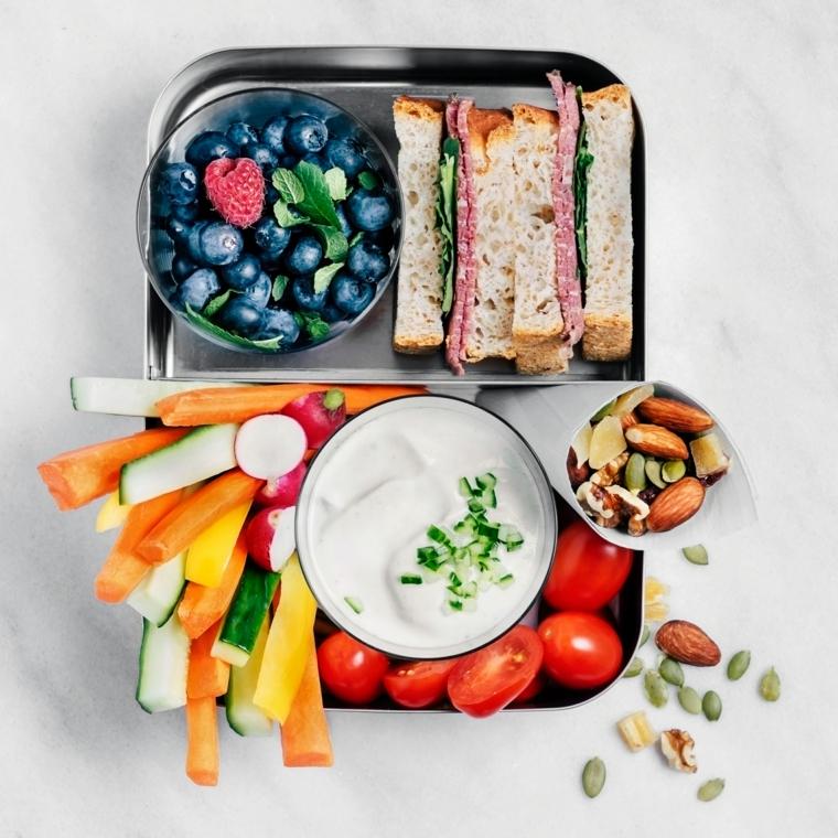 lunch box con panini e verdure ciotola con frutti di bosco ricette facili e veloci