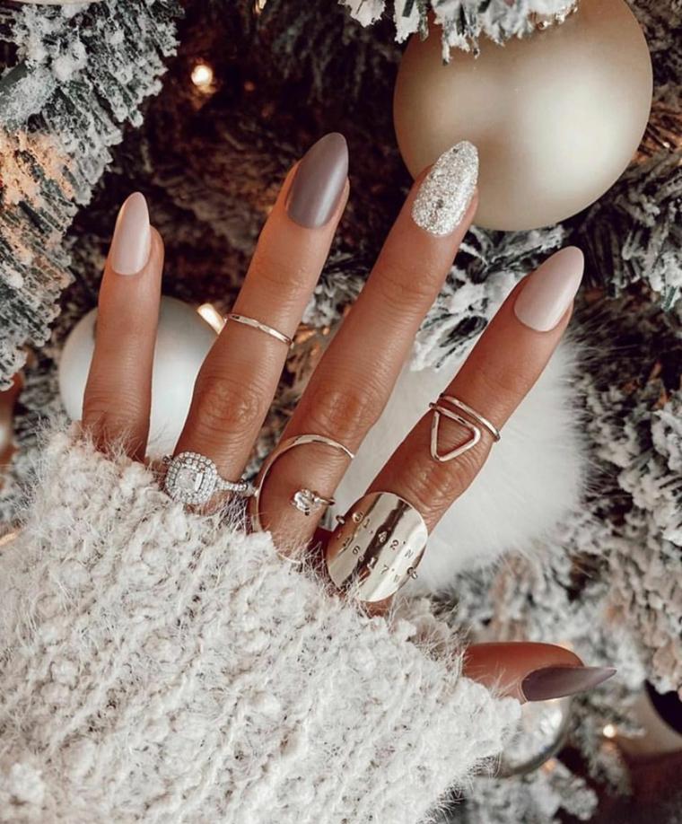 manicure a mandorla con smalti lucidi unghie autunno inverno 2020 2021 anelli in argento