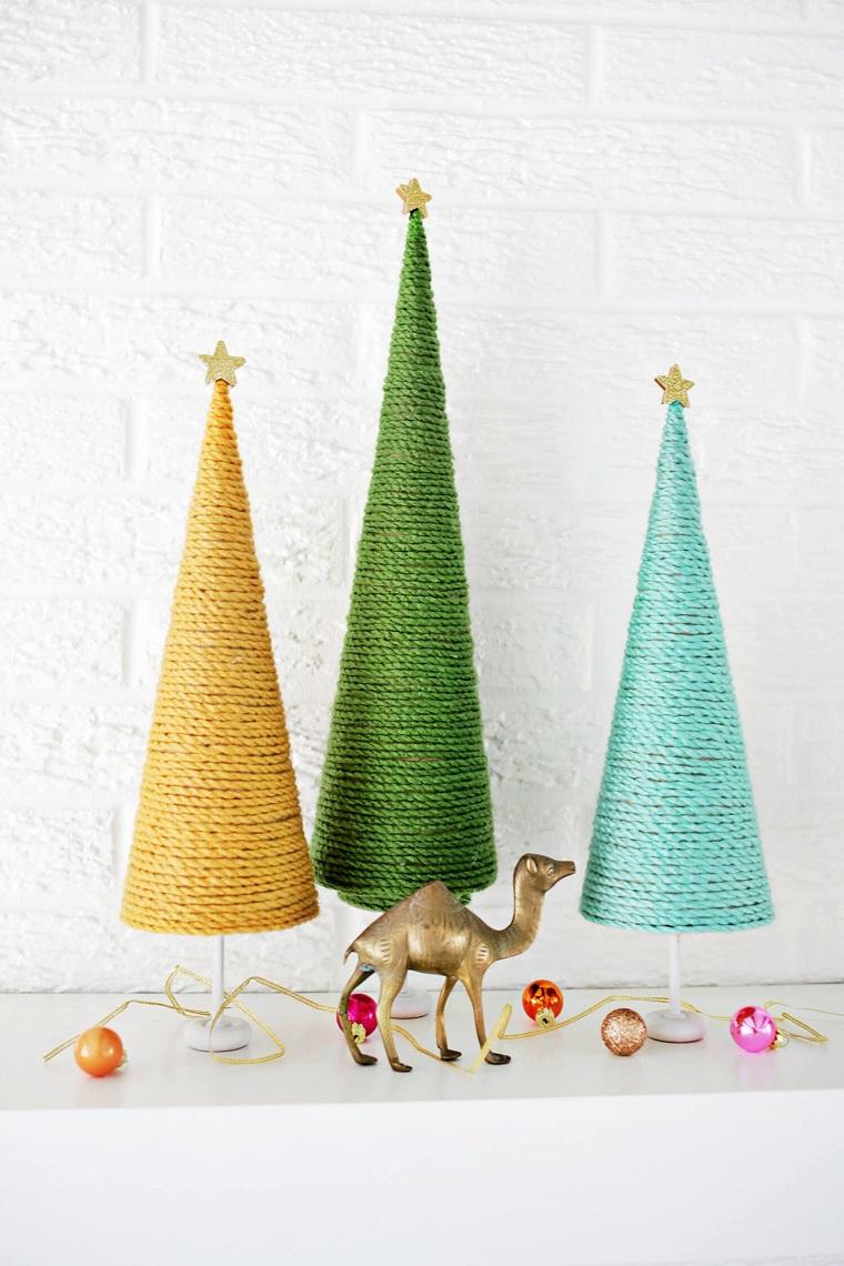 mini albero di natale alternativo coni avvolti con fili di lana colorati