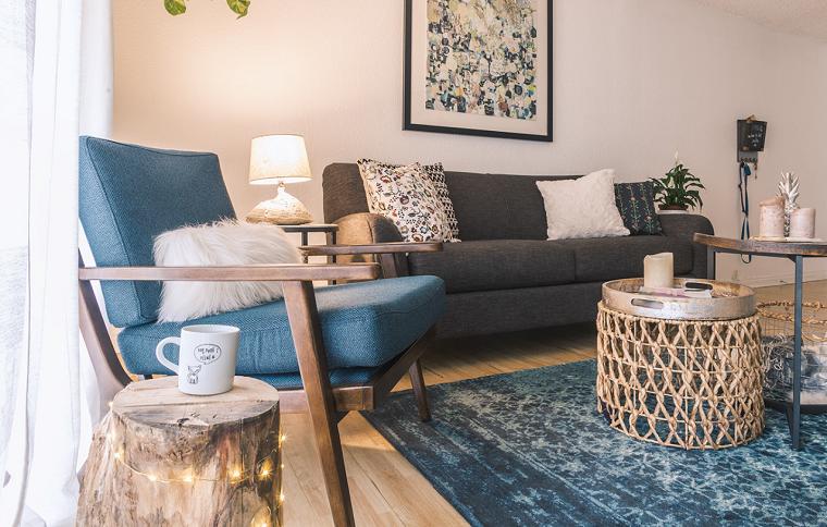 mobili stile nordico arredamento con divano blu pavimento parquet con tappeto