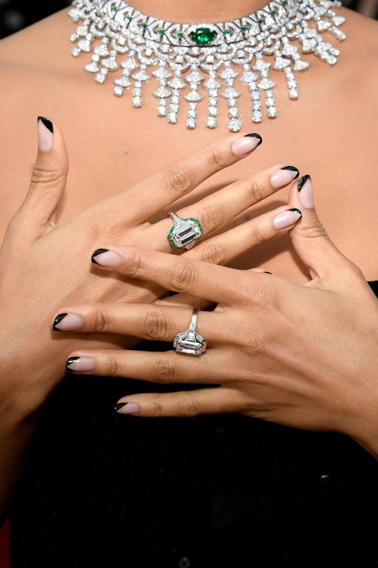 nail art autunno inverno 2020 french manicure verde collana e anelli con zirconi