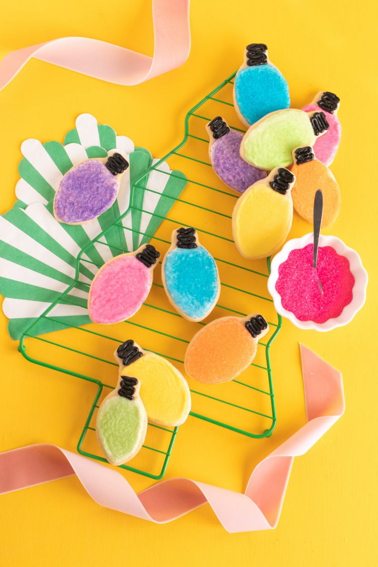 natale 2020 tendenze addobbi biscotti a forma lampadine decorate con zucchero colorato