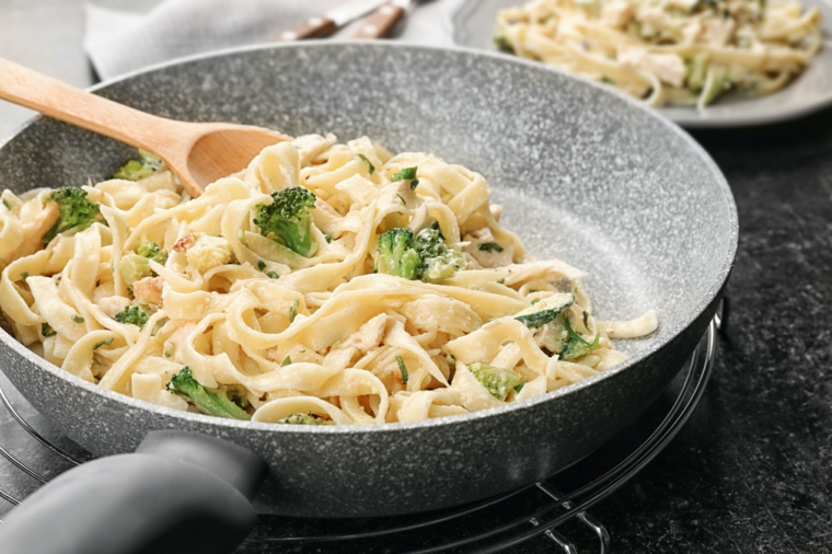 padella con fettuccine fatte in casa con broccoli e panna