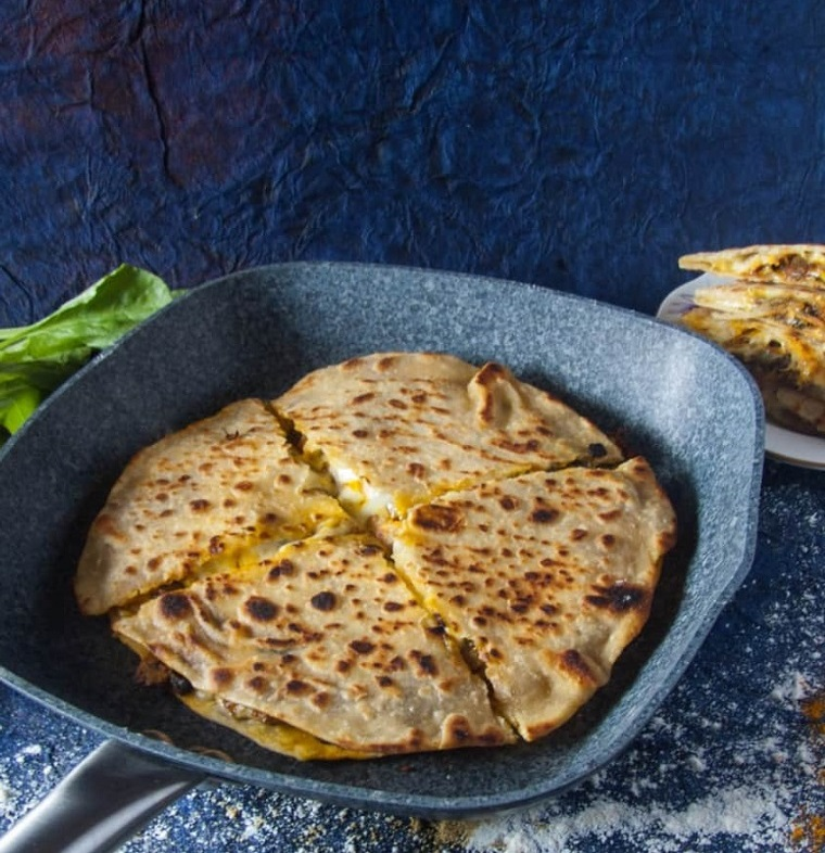 padella con quesadilla spinaci e funghi stuzzichini veloci ed economici per aperitivo