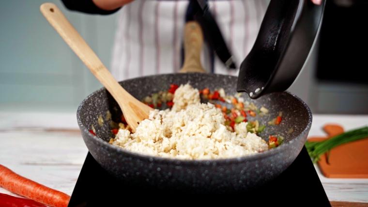 padella con verdure fritte a dadini e riso bianco cotto procedimento primo piatto veloce