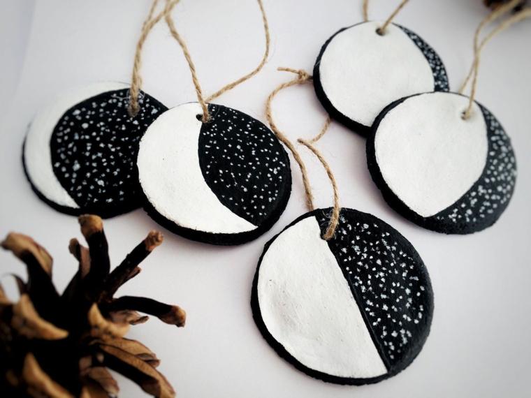 palline di natale fai da te 2020 cerchi di legno dipinti in bianco e nero legati con spago