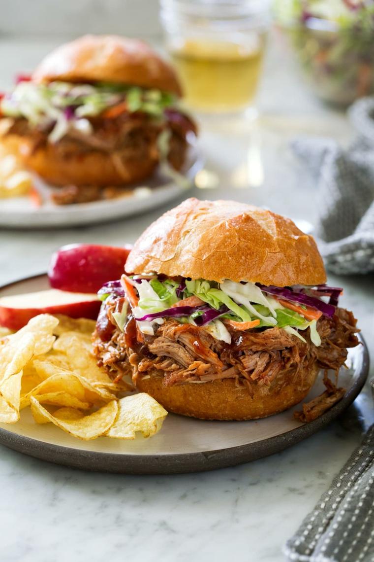panino con carne di maiale e verdure sandwich con porchetta