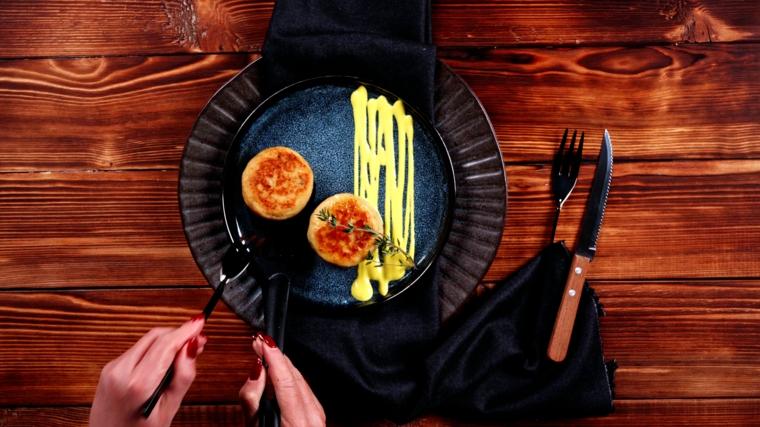 piatto con bocconcini di patate ripiene come antipasto veloce