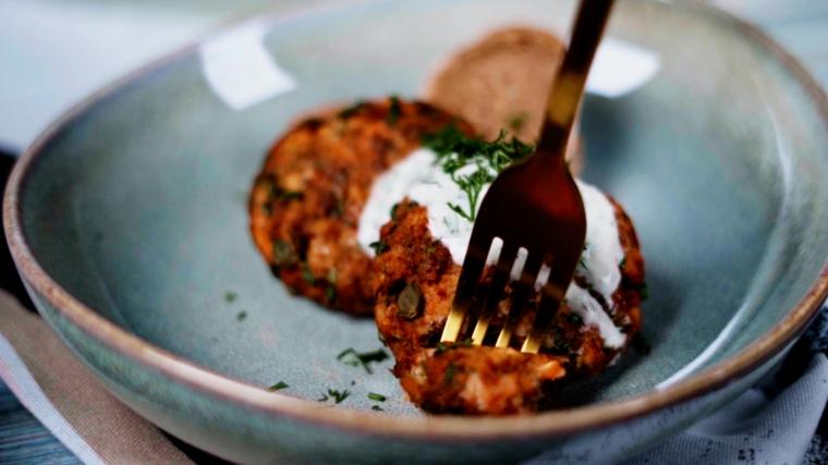 piatto con polpette di salmone guarnire piatto con salsa tzatziki aperitivo di pesce