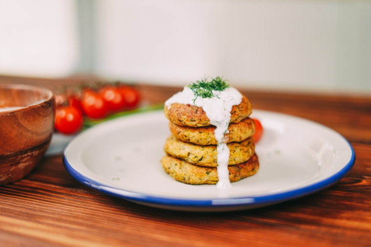 piatto con polpette di zucchine e salsa bianca idee per pranzo veloce