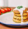 piatto con polpette di zucchine pranzo veloce e leggero rametto di pomodorini