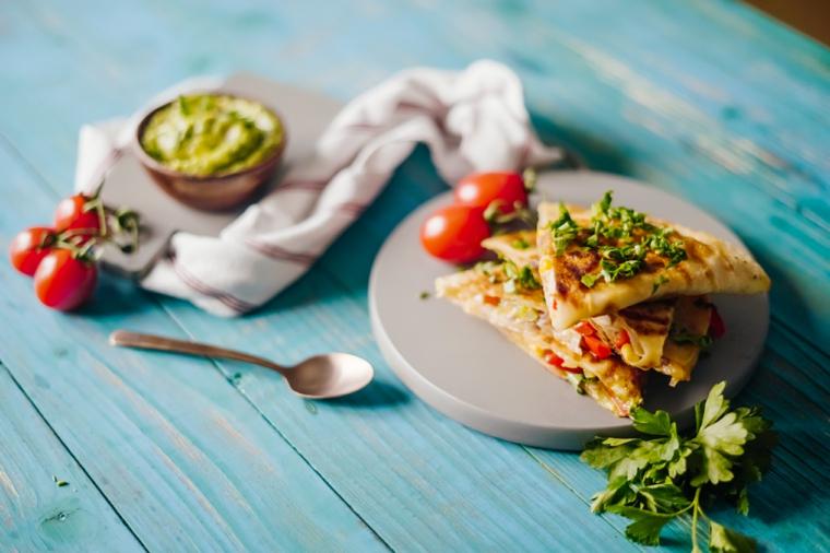 piatto con quesadillas di pollo ricette con pochi ingredienti tavolo da pranzo di colore blu