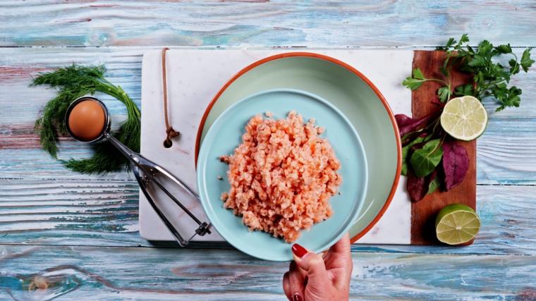 piatto con salmone tritato finemente ingredienti su tagliere di legno