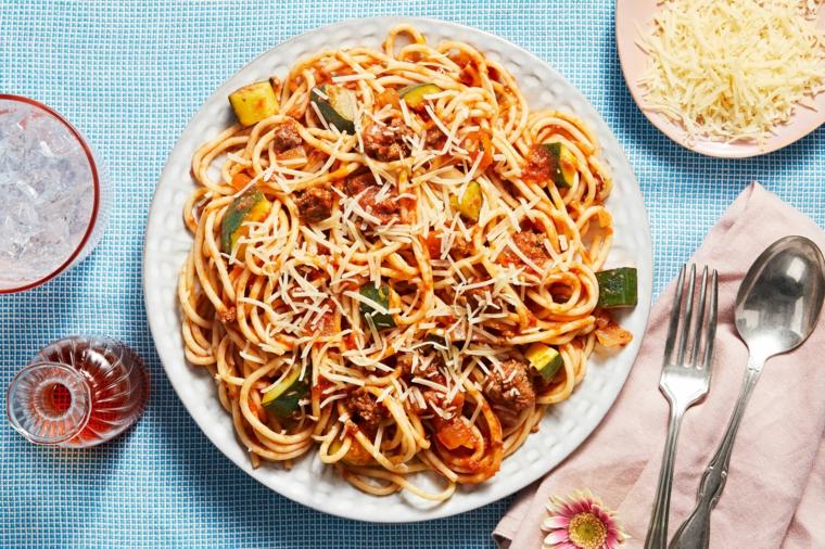piatto con spaghetti alle verdure piatto con formaggio grattugiato ricetta italiana per pranzo
