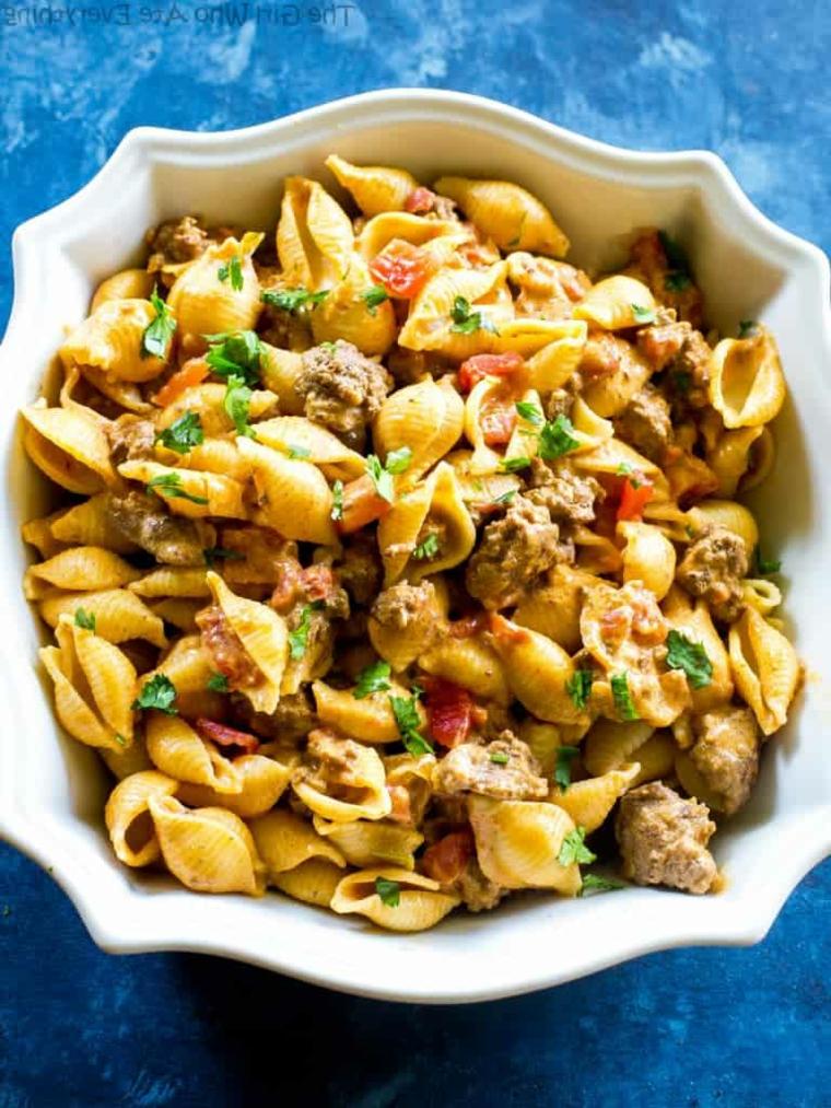 piatto di pasta orecchiette con salsiccia e verdure ricetta pranzo piatto unico