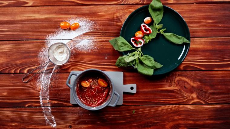 pizza fatta in casa veloce farcitura con salsa di pomodoro e formaggio gratuggiato