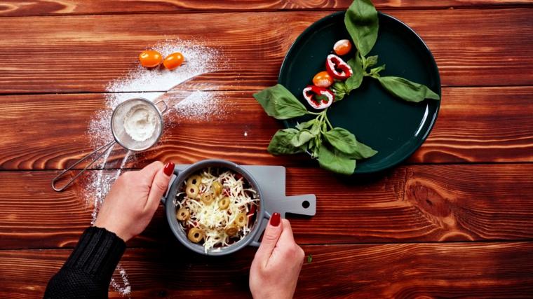 pizza veloce in tazza impastare e farcire con olive verdi e formaggio gratuggiato