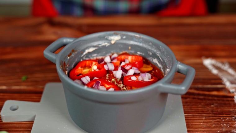 pizza veloce in tazza impastare la farina e farcire con peperoni rossi e cipolla