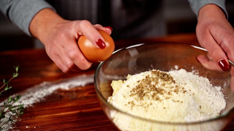 preparare impasto per bocconcini di patate ciotola con ingredienti mischiati