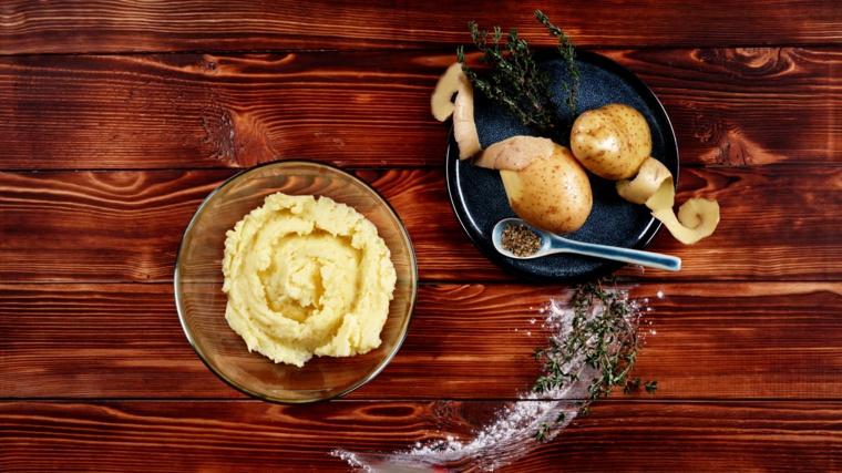 preparazione antipasto facile ciotola con patate bollite e schiacciate