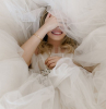 ragazza nascosta tra tulle abito da sposa boho chic 2021 vestito con tulle bianco