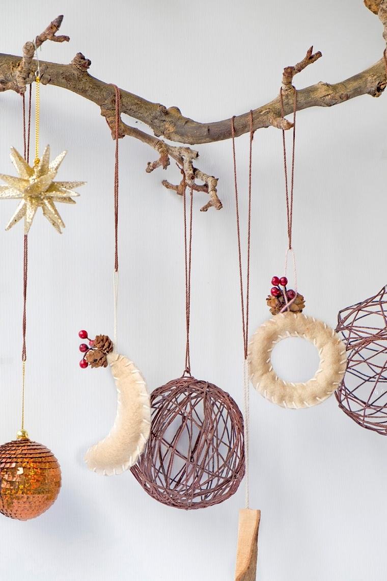 ramo di legno con palline di natale fai da te 2020 decorazioni da appendere di stoffa