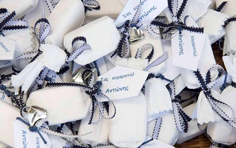 regalini per battesimo sacchettini portaconfetti legati con nastri