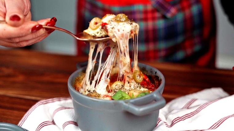 ricetta pizza in tazza imasto veloce e farcitura con formaggio mozzarella e olive verdi