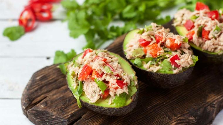 ricette con pochi ingredienti avocado ripieno con pomodorini e ricotta