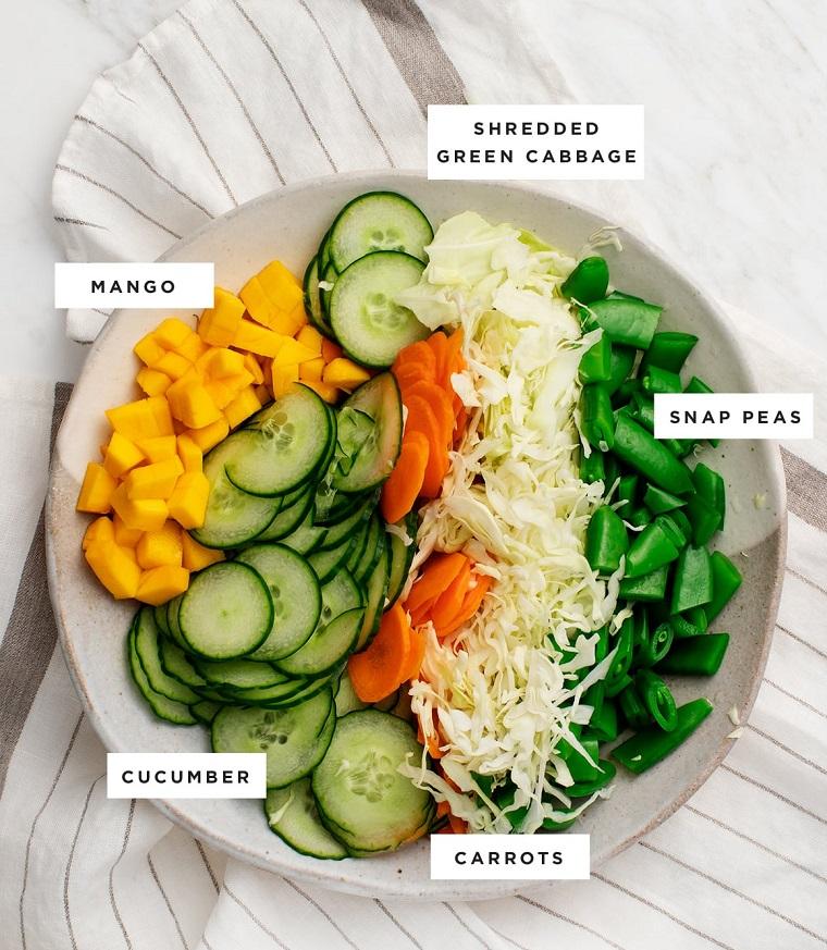 ricette facili e veloci piatto con insalata di riso e verdure ingredienti tagliati a rondelle