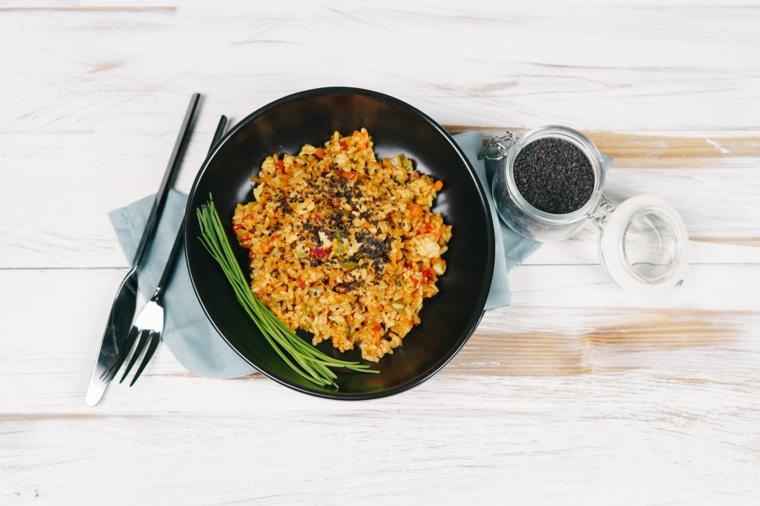 ricette primi piatti riso fritto con verdure piatto condito con semi di sesamo nero