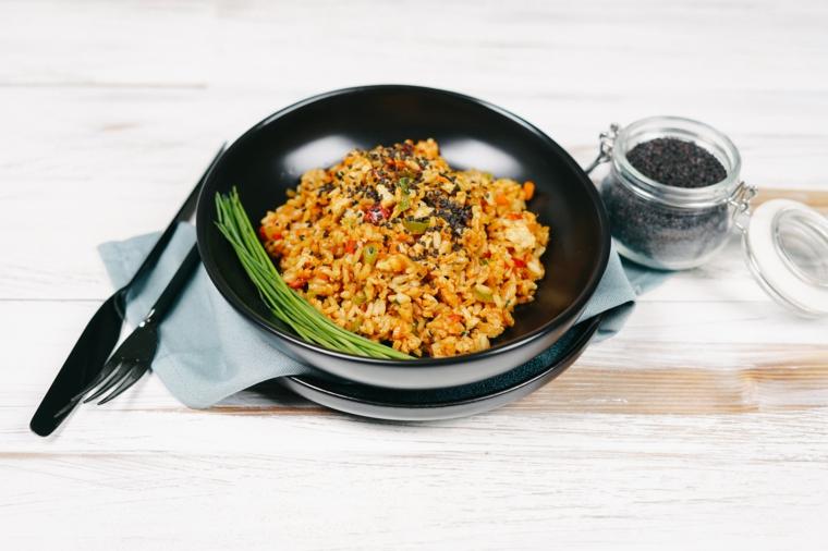 riso fritto vegetariano con uova piatto condito con semi di sesamo nero